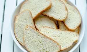 Почему нельзя выбрасывать хлеб в мусорку